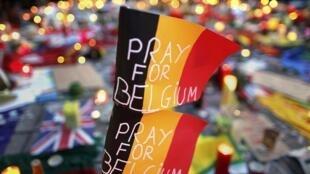 В результате терактов в Брюсселе погиб 31 человек, около 300 ранены. На фото - мемориал в память о жертвах теракта на одной из улиц Брюсселя.