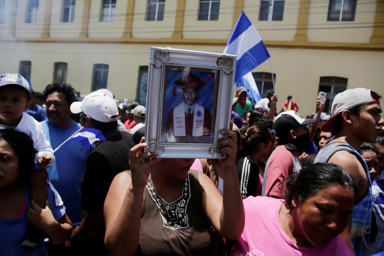 Une femme brandit la photo d'un homme abattu lors d'une manifestation réprimée, à Masaya, au Nicaragua, le 21 juin 2018.