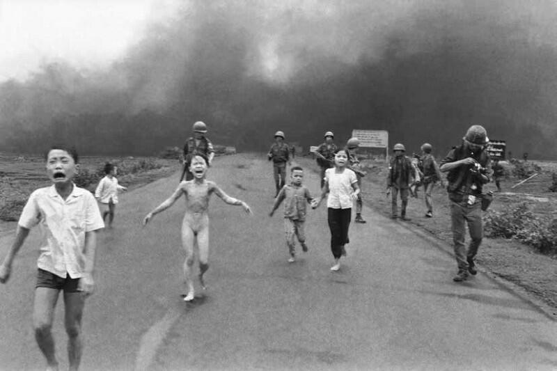 8 июня 1972. Окрестности деревушки Чангбанг (Trang Bang) после обстрела напалмом, Вьетнам.. Фото Ник Ут