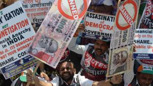 Biểu tình phản đối quyết định thu hồi giấy bạc 500 và 1000 rupi, tại Mumbai ngày 28/11/2016.