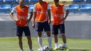 O trio de craques holandês Sneijder, Van Persie e Robben durante um treino em Fortaleza