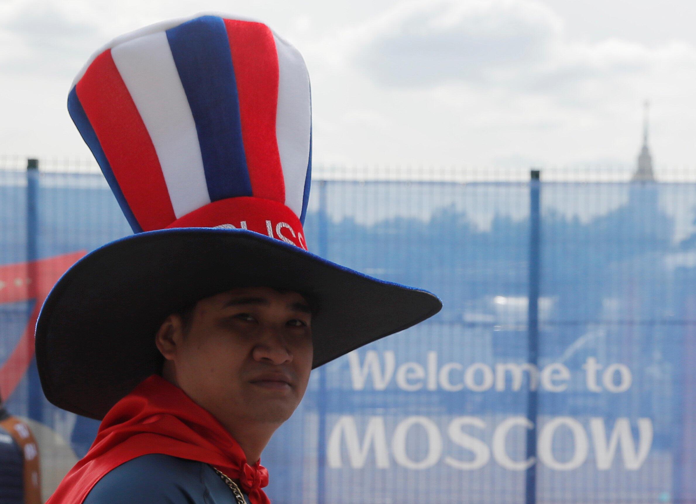 Một cổ động viên đội tuyển Nga trước hôm khai mạc World Cup 2018, bên ngoài sân vận động Luzhniki ở Matxcơva, ngày 14/06/2018.