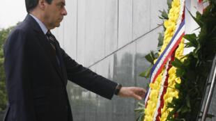 Le Premier ministre français, François Fillon, s'est rendu au mausolée d'Hanoi.