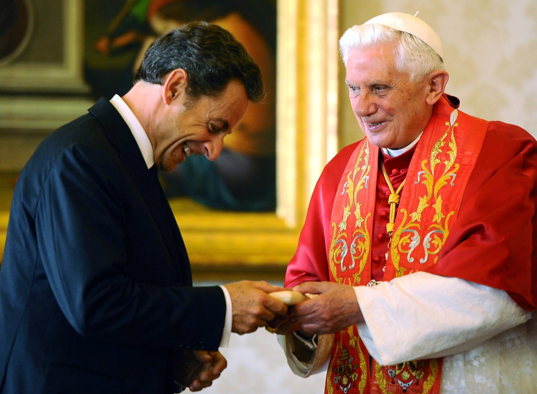 Президент Франции Николя Саркози получает из рук Папы Бенедикта XVI майолику с изображением Собора Святого Петра