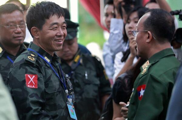 Kiongozi wa waasi wa kundi la Kachin akizungumza na mwenzake toka jeshi la Serikali ya Myanmar