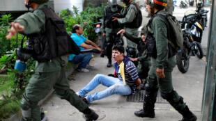 Manifestante é detido durante protestos contra o presidente da Venezuela, Nicolás Maduro