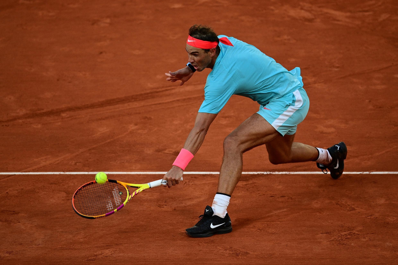 Rafael Nadal devuelve una bola a Diego Schwartzman durante la semifinal del torneo de Roland Garros disputada el 9 de octubre de 2020 en París