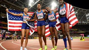 El equipo de relevo 4x400 m de EEUU festeja su medalla de oro en el mundial de atletismo en Londres el 13 de agosto de 2017.