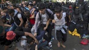 Cảnh sát Hungary dùng dùi cui, lựu đạn cay tấn công người tị nạn.