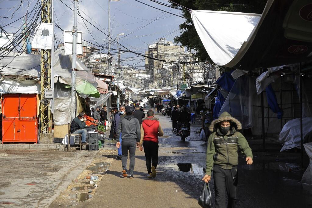 Image d'archive RFI: Des Libanais dans les rues de Beyrouth. Face à la crise sanitaire à laquelle l'État peine à donner une réponse décisive, les Libanais recourent à l'entraide. Des initiatives voient le jour, comme des «magasins sociaux» dont le but est d'aider les plus défavorisés, qui s'y approvisionnent à des prix en dessous de ceux pratiqués sur le marché.