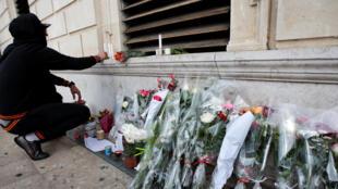 Bouquets de fleurs et bougies sont installés sur les lieux de l'attaque, sur le parvis de la gare de Marseille-Saint-Charles.