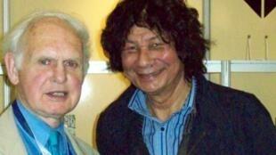 James Currey (g.) et George Hallett, photographe d'auteurs africains, à la foire du Livre au Cap en 2008.