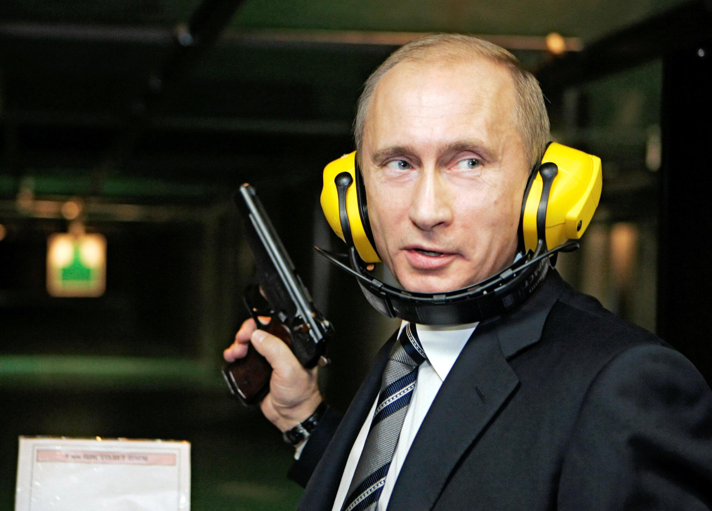 Imagem de 2006 é apenas uma das que ressaltam a paixão de Putin pelas armas.