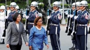 Tổng thống Thái Anh Văn cùng đồng nhiệm Quần đảo Marshall Hilda Heine duyệt hàng quân danh dự tại Đài Bắc ngày 27/07/2018. Đảo quốc có trên 53.000 dân này là một trong 18 nước còn giữ quan hệ ngoại giao với Đài Loan.