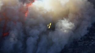 Турецкий пожарный Канадэр над зоной лесного пожара на горе Кармель вблизи Хайфы