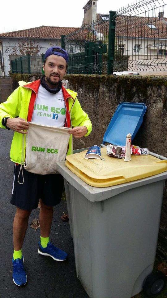 O fisioterapeuta Nicolas Lemonnier começou a sair para correr com um um sacola para recolher a sujeira na rua.