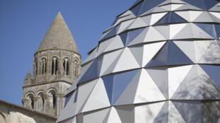 Faire un tour de manège dans les murs d'une Abbaye ? C'est possible à Saintes en Charente-Maritime dans le sud-ouest de la France.