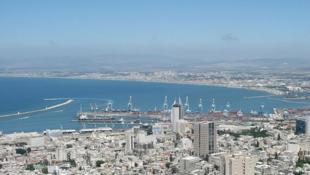 图为以色列海法港远眺