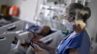 Un profesional de la salud trabaja en la sala de la Unidad de Cuidados Intensivos donde están siendo tratados los pacientes con covid-19, en el hospital Santa Casa en Belo Horizonte, Brasil, el 1º de junio de 2020