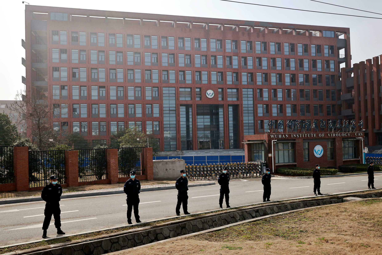 法廣存檔圖片:Image d'archive RFI : Le personnel de sécurité surveille devant l'Institut de virologie de Wuhan, dans la province du Hubei en Chine, 3 février 2021