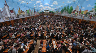 Una gran carpa de cerveza abarrotada de gente en la última Oktoberfest, el 3 de octubre de 2019 en la ciudad alemana de Múnich