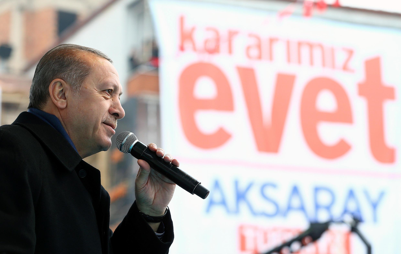 O presidente turco, Recep Tayyip Erdogan, aprovou uma revisão constitucional