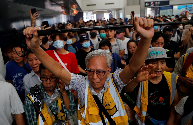 Manifestantes de Hong Kong na estação Tung Chung. 7 de setemebro de 2019.