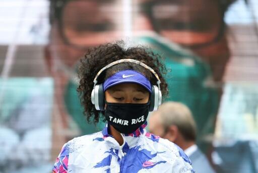 Naomi Osaka con una mascarilla en el Abierto de Estados Unidos con el nombre de una víctima de la violencia policial.