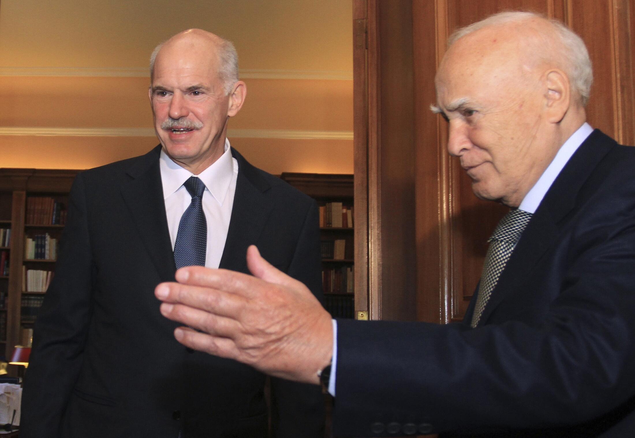 Президент (справа) и премьер-министр Греции Каролос Папулиас и Георгиос Папандреу
