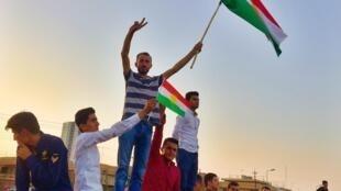 Los partidarios de Massoud Barzani agitan la bandera roja, verde y blanca, los colores de Kurdistán, en el último acto electoral de su presidente antes de los comicios del lunes.