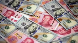 Billetes de 100 yuanes (en rojo) y billetes de 100 dólares