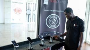 Un salarié de MaraGroup lors du lancement du «smartphone» Mara X le 7 octobre 2019 à Kigali, au Rwanda.