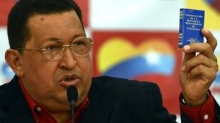 Le président vénézuélien, Hugo Chavez avec le petit livre de la Constitution lors d'une conférence de presse, le 9 juillet 2012.