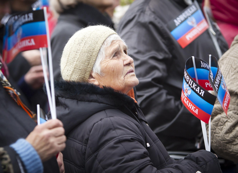 Une femme agite un drapeau de la République autoproclamée du Donetsk, lors d'un meeting dans cette ville de l'Est ukrainien, le 19 octobre 2014.