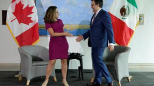 A chanceler canadense, Chrystia Freeland, aperta a mão de seu homólogo mexicano, Ildefonso Guajardo Villarreal, antes do primeiro round de conversas para a renegociação do Nafta em 15 de agosto de 2017.