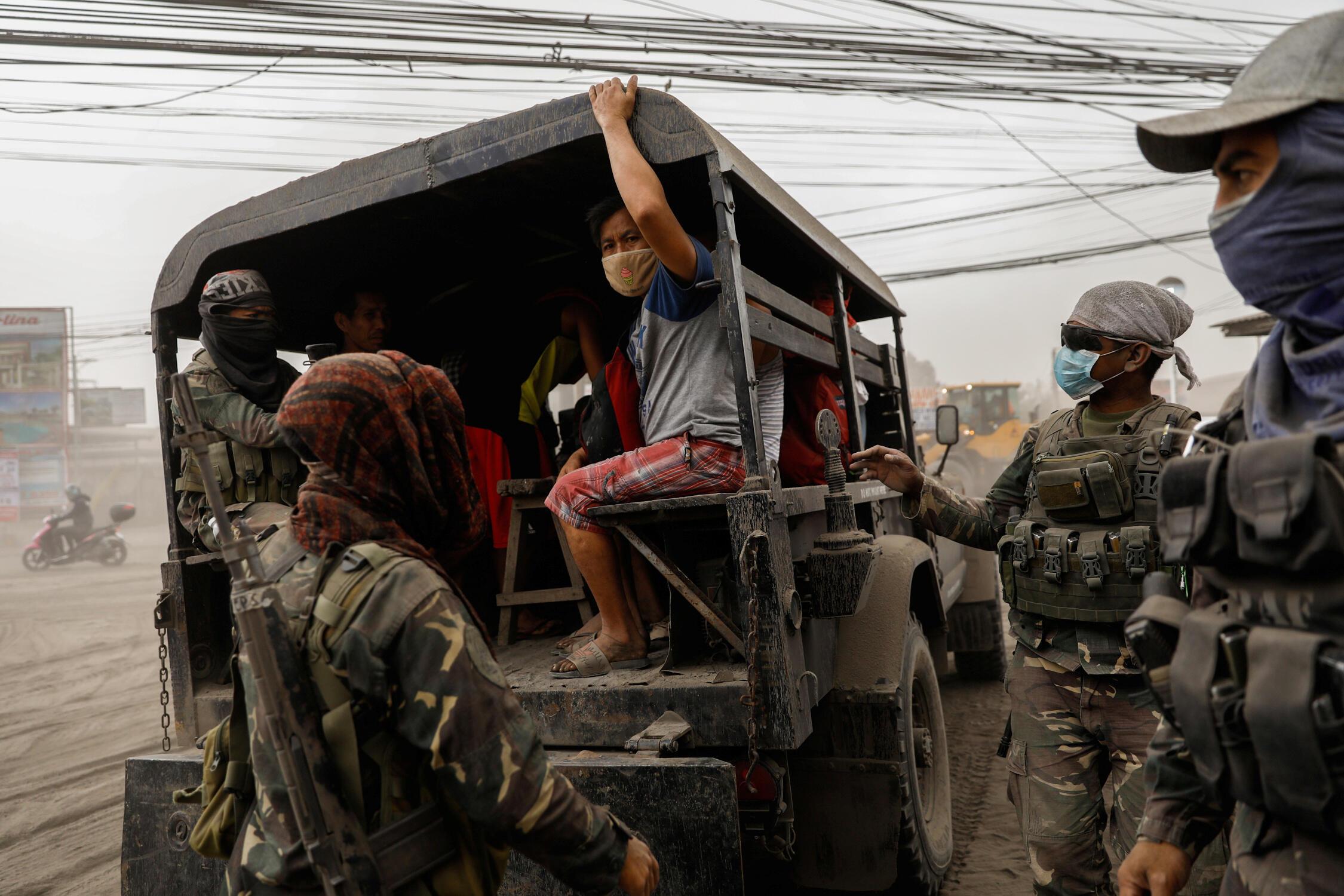Des résidents vivant près du volcan Taal sont évacués par camion, le 13 janvier 2020.