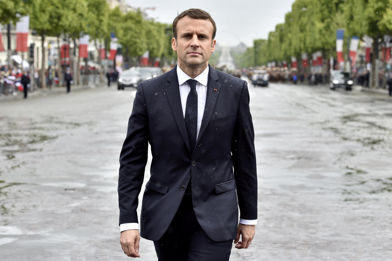 Tổng thống tân cử Pháp Emmanuel Macron đến Khải Hoàn Môn thắp lửa Đài chiến sĩ vô danh ở Paris, ngày 14/05/2017.