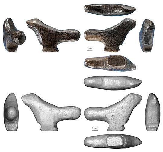 Photo et reconstitution 3D par microtomographie de la sculpture d'oiseau miniature.