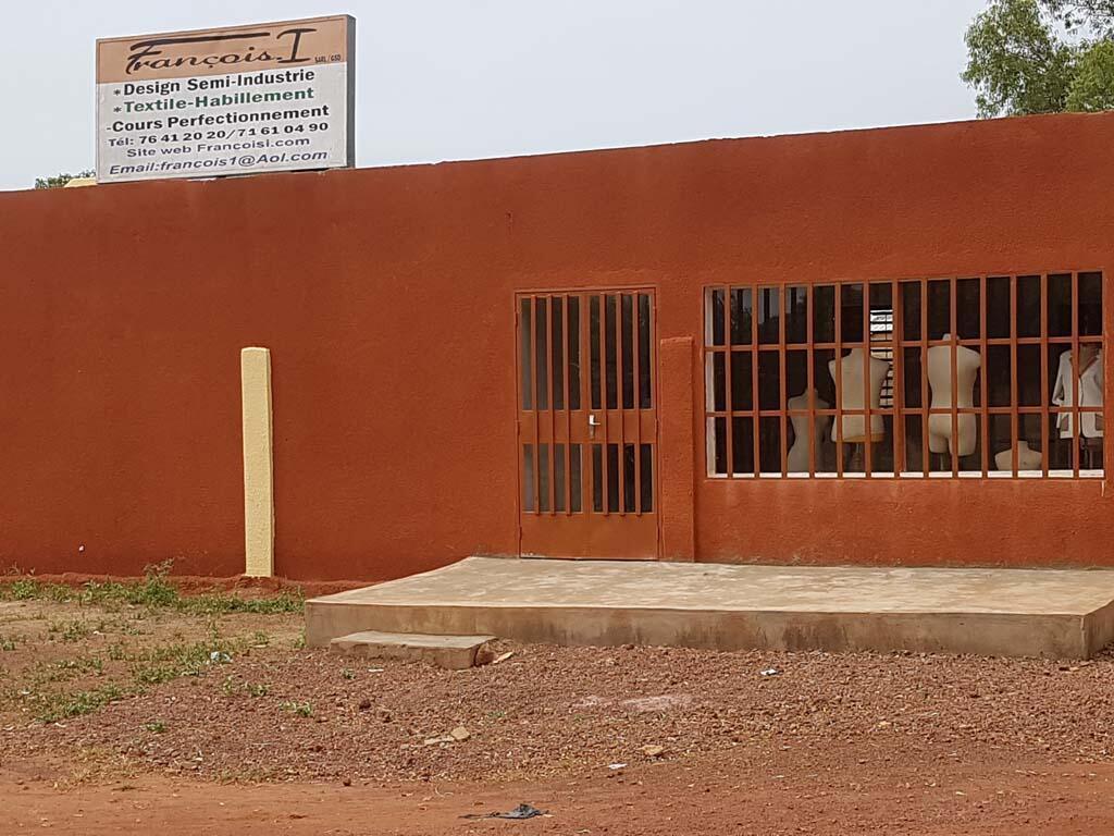 L'entreprise de François Sibiri Yaméogo, dit François Premier, habilleur, créateur de mode, fabricant, concepteur de ligne vestimentaire au Burkina Faso.