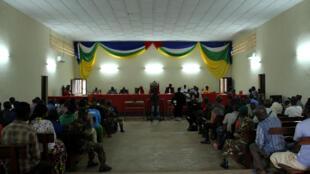 De nombreux Centrafricains en quête de justice viennent régulièrement assister à la session criminelle de la Cour d'appel de Bangui, comme ce lundi 23 juillet 2018.