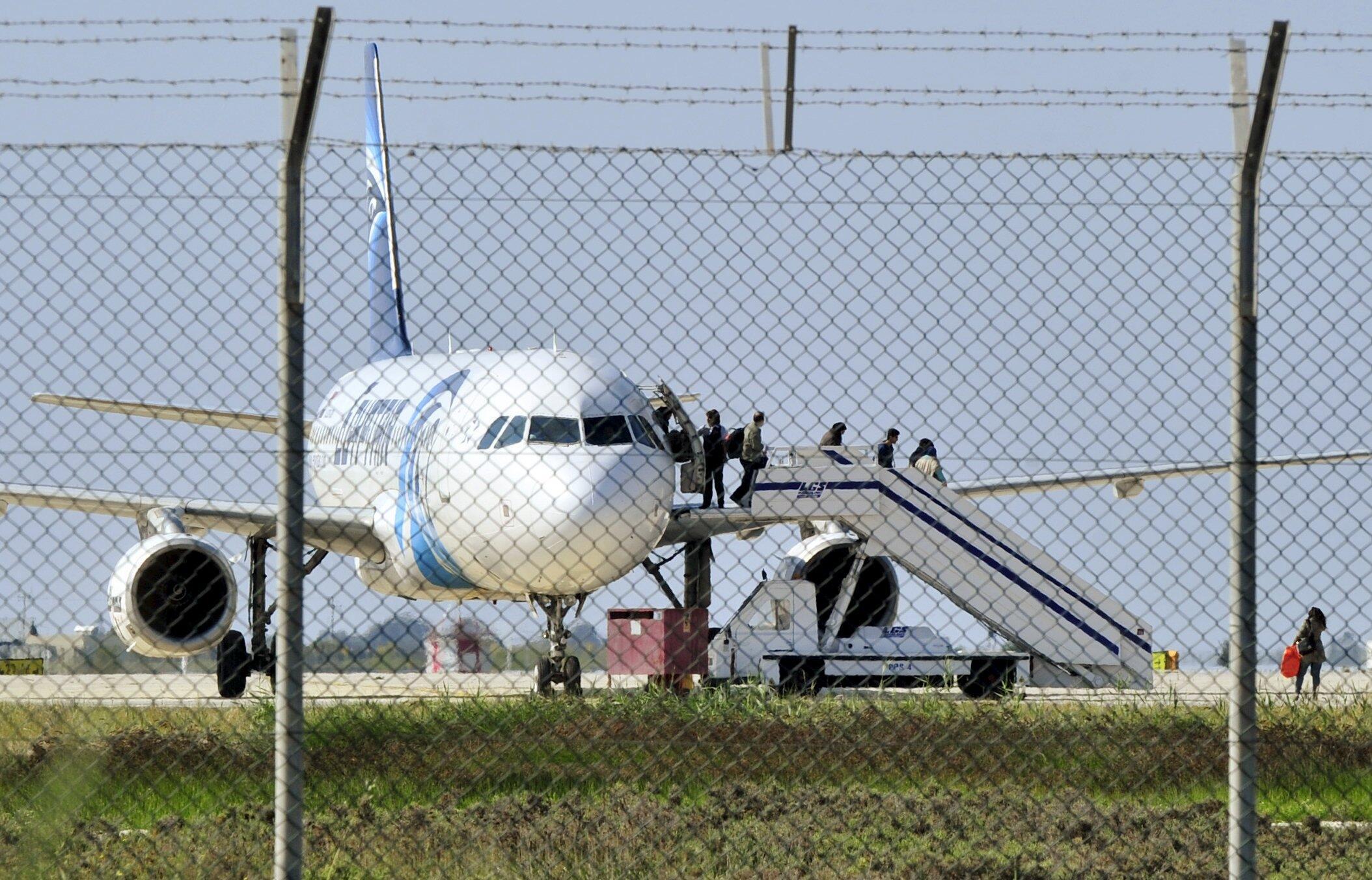 Des passagers quittent l'avion détourné par l'Egyptien Seif Aldin Mostafa, le 29 mars dernier.