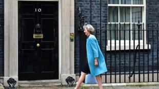 La conservatrice Theresa May franchit un pas de plus vers le 10 Downing Street.