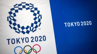 Le logo officiel des Jeux olympiques de Tokyo dans les locaux du comité d'organisation à Tokyo le 30 avril 2021