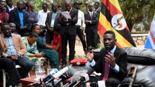 Robert Kyagulanyi, plus connu sous le nom Bobi Wine, lors d'une conférence de presse à son domicile de Kampala, le 24 septembre 2018.