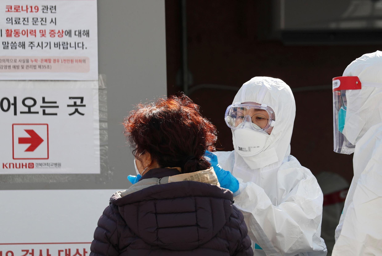 Một nhân viên y tế kiểm tra thân nhiệt tại Bệnh viện Đại học Quốc gia (National University Hospital), Daegu, ngày 05/03/2020.