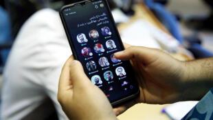 Una iraní muestra la aplicación Clubhouse en su teléfono, en Teherán, el 14 de mayo de 2021