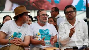 El líder de las FARC alias Timochenko (Centro) con Pastor Alape (Izq.) e Iván Márquez durante la ceremonia de cierra del congreso rebelde en El Diamante, el 23 de septiembre de 2016.