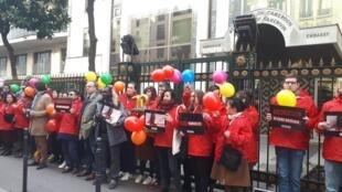 Reporters sans frontières s'était mobilisé devant l'ambassade du Cameroun pour demander la libération d'Amadou Vamoulké, Paris, lundi 10 février 2020 (image d'illustration)