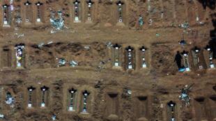 Vista aérea del cementerio de Vila Formosa, en las afueras de Sao Paulo, Brasil, el 6 de agosto de 2020, en medio de la nueva pandemia de coronavirus.
