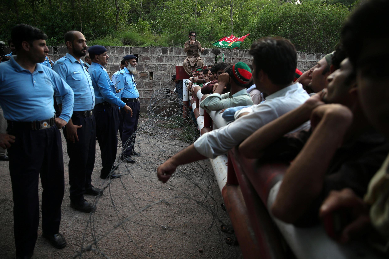 Des partisans d'Imran Khan attendent devant le domicile de l'ancien champion de cricket, à Islamabad, le 26 juillet 2018.